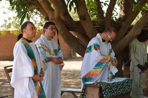don Angelo, don Leonardo e don Nico durante la celebrazione della Messa in un villaggio della Parrocchia di Cotiakou